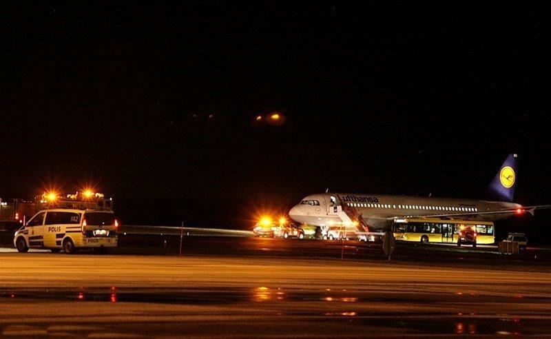 Sortie de taxiway au roulage d'un avion de Lufthansa