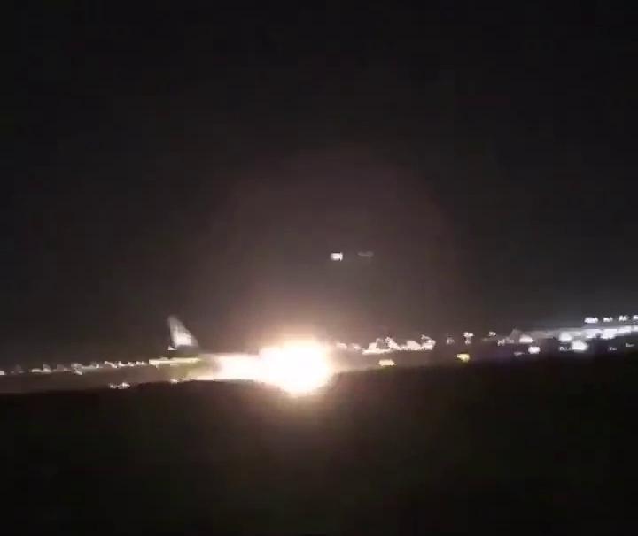 Un avion de Saudia Airlines se pose sur le nez à Djeddah